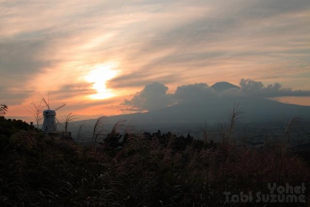 富士山の夕景・御殿場市温泉会館・画像・富士山と風車と夕焼け